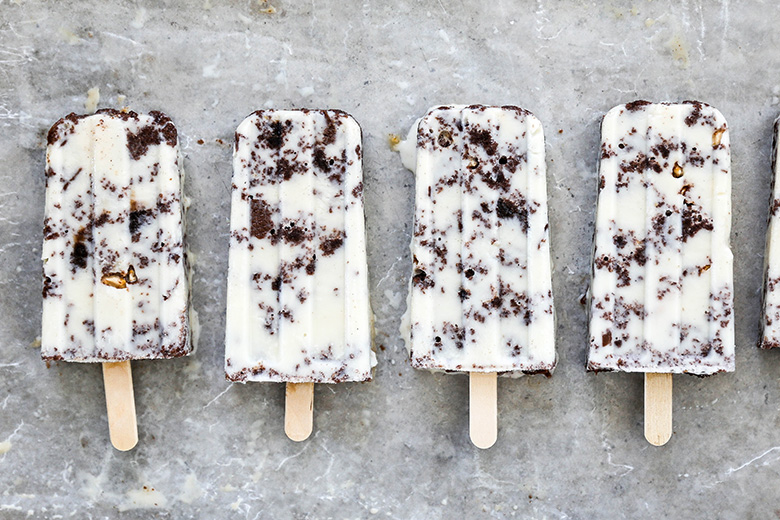 Gluten-Free Vanilla Cream Popsicles with Brownie-Toffee Crunch | www.floatingkitchen.net