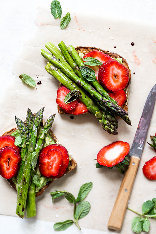 Avocado Toast with Asparagus and Strawberries | www.floatingkitchen.net