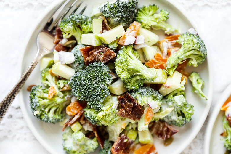 Crunchy Broccoli Salad with Apples, Apricots and Bacon | www.floatingkitchen.net
