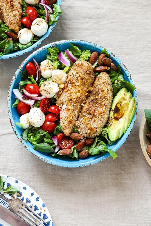 Almond-Crusted Chicken Caprese Salad | www.floatingkitchen.net